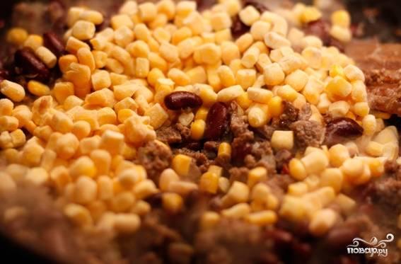 4. Консервированную фасоль выложите на сковородку к фаршу, перемешайте и добавьте замороженную кукурузу. Еще раз перемешайте и готовьте в течение 3-х минут.