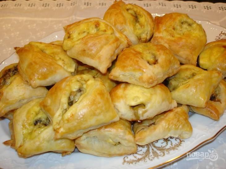 """Чтобы закусочные мини-пирожки """"Пиджачок"""" подрумянились, смажьте их желтком. Подавать готовые пирожки можете со сметаной. Приятного аппетита!"""