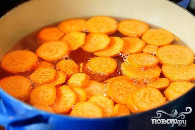 1. Разогреть духовку до 175 градусов. Очистить картофель, нарезать ломтиками. Выложить  картофель в большую кастрюлю с кипящей водой. Варить в течение 5-10 минут. Отставить в сторону.