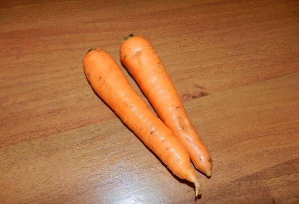 3. Тем временем вымыть и очистить морковь.