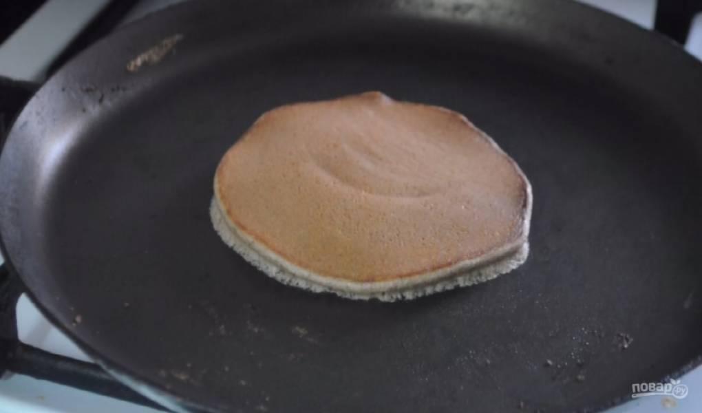 4. Во второю половину теста добавьте какао и хорошо все перемешайте. Аналогичным образом обжарьте шоколадные панкейки.