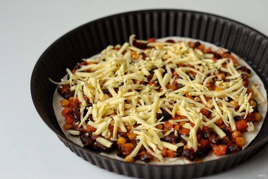 Посыпьте сверху тертым сыром.