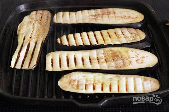 2. Обсушите как следует пластинки, обжарьте их на сковороде. Идеальный вариант — это гриль, но подойдет и обычная сковорода. Жарьте с двух сторон до румяности.