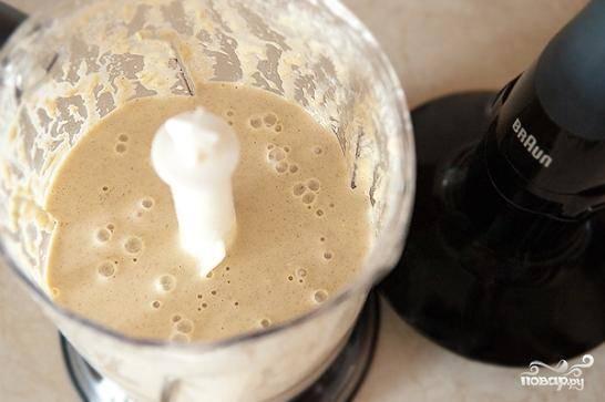 Добавляем к ним муку, корицу, яйца, молоко и сахар. Взбиваем до консистенции теста для блинов.