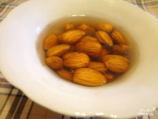 """1. Если вы придерживаетесь диеты, обязательно стоит узнать, как приготовить """"Рафаэлло"""" из киви. До начала приготовления блюда необходимо залить миндаль кипящей водой и оставить его так на 20 минут. Это позволит легко очистить орех от шкурки."""
