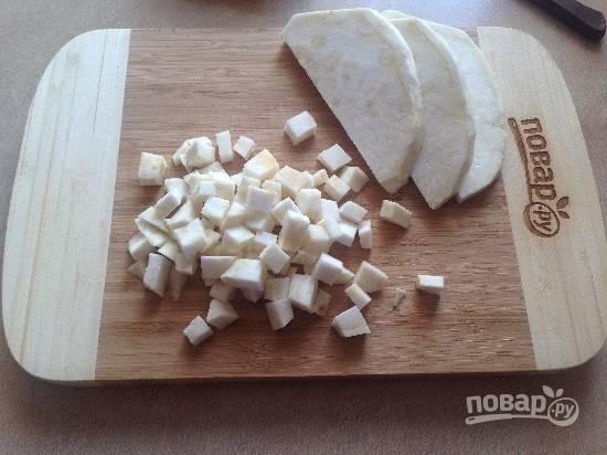 4. Очистим сельдерей, нарезаем его небольшими кубиками. Суп у нас будет пюре, поэтому красота кусочков нам не важна :)
