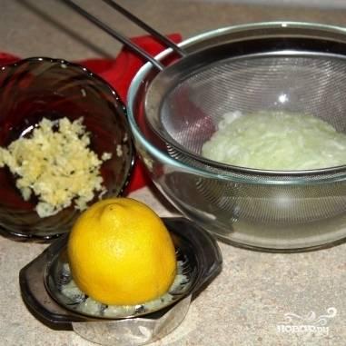 Чеснок измельчаем, из лимона выдавливаем немного сока.