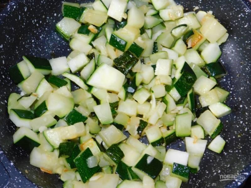Добавьте кабачки, немного обжаренные с чесноком.
