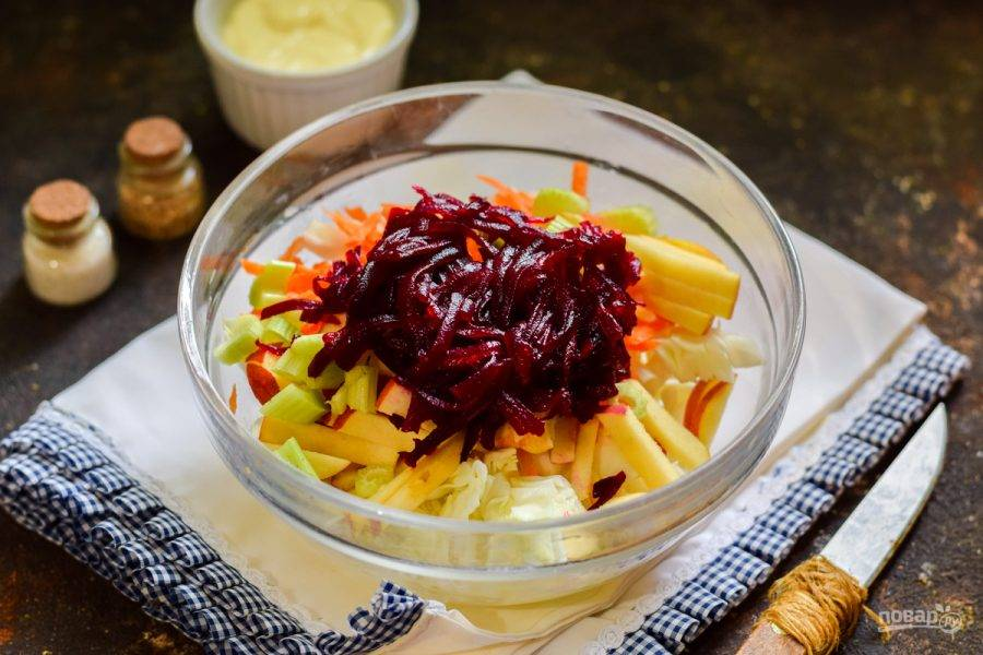 Свеклу заранее отварите, после очистите и натрите на средней терке. Добавьте свеклу в салат.