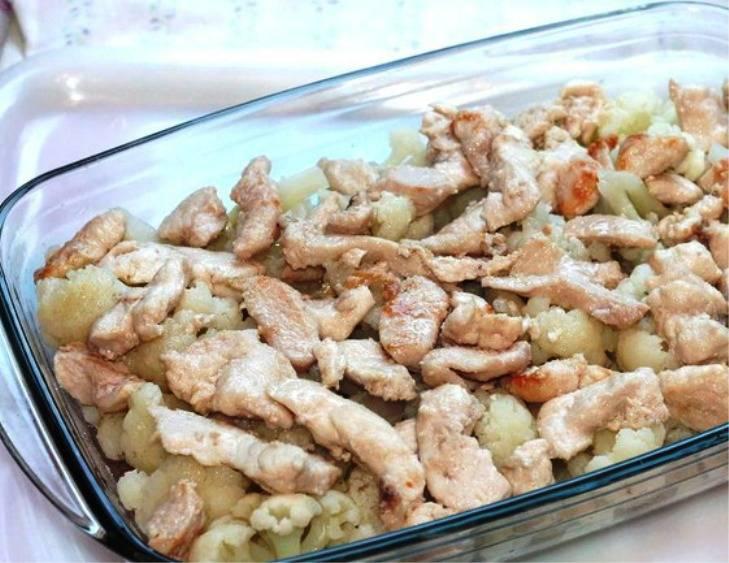 В форму выложите слоями половину капусты, затем курицу.