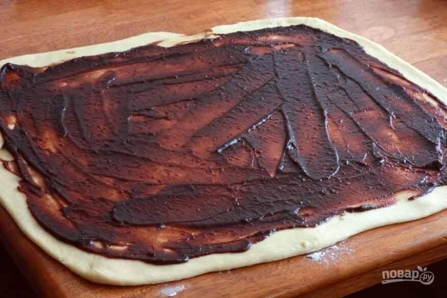 9.Равномерным слоем нанесите яблочное повидло на тесто, оставляя небольшой отступ от краев.