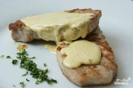 Как только соус приобрел нужную консистенцию - убираем его из чаши блендера, перекладываем в соусницу и подаем к столу комнатной температуры. Повторюсь, соус идеально подходит к блюдам, приготовленным на гриле, да и просто к любому мясу или рыбе.