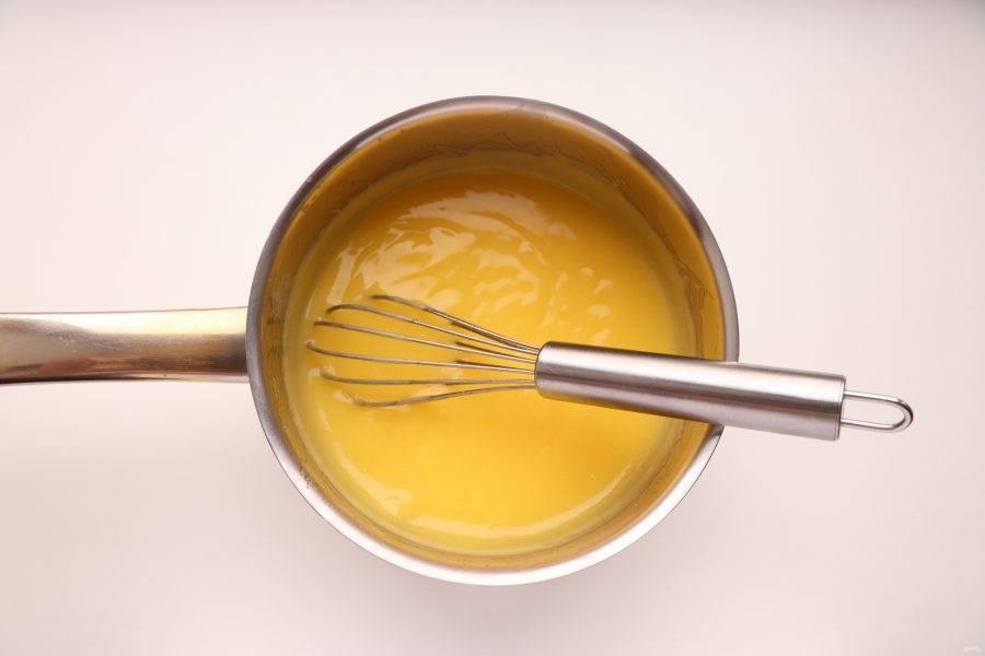 Поставьте сотейник на средний огонь и, непрерывно помешивая, уварите смесь до состояния густого крема. Полученный лимонный курд остудите, накрыв пленкой так, чтобы она касалась поверхности крема.