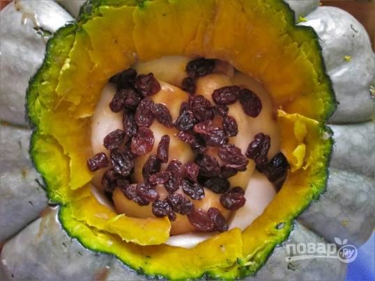 Для начинки очистите груши и нарежьте крупными кусочками, промойте изюм. Я не использую мед, а заливаю в тыкву кокосовое молоко, туда же кладу груши и изюм.