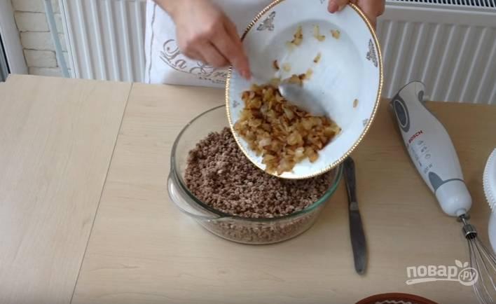 3.К измельченному мясу (фаршу) добавляете обжаренный лук и перемешиваете, можно чуть подсолить.
