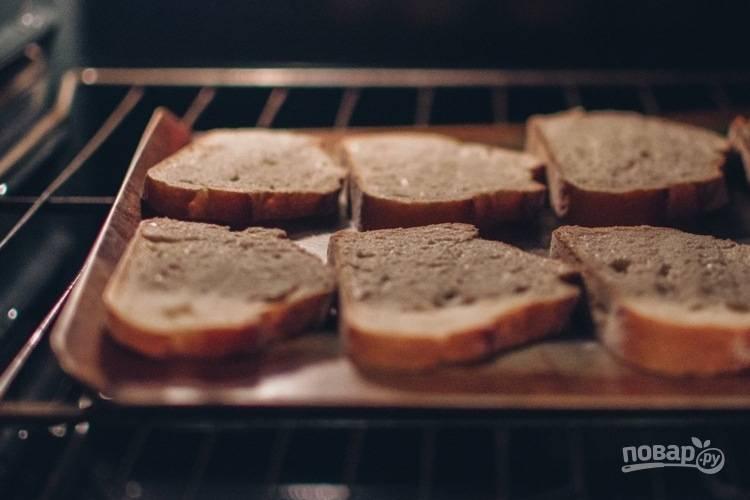 3. Смажьте хлеб сливочным соусом и посыпьте сверху тимьяном. Готовьте хлеб в духовой печи 5 минут при температуре 180 градусов.