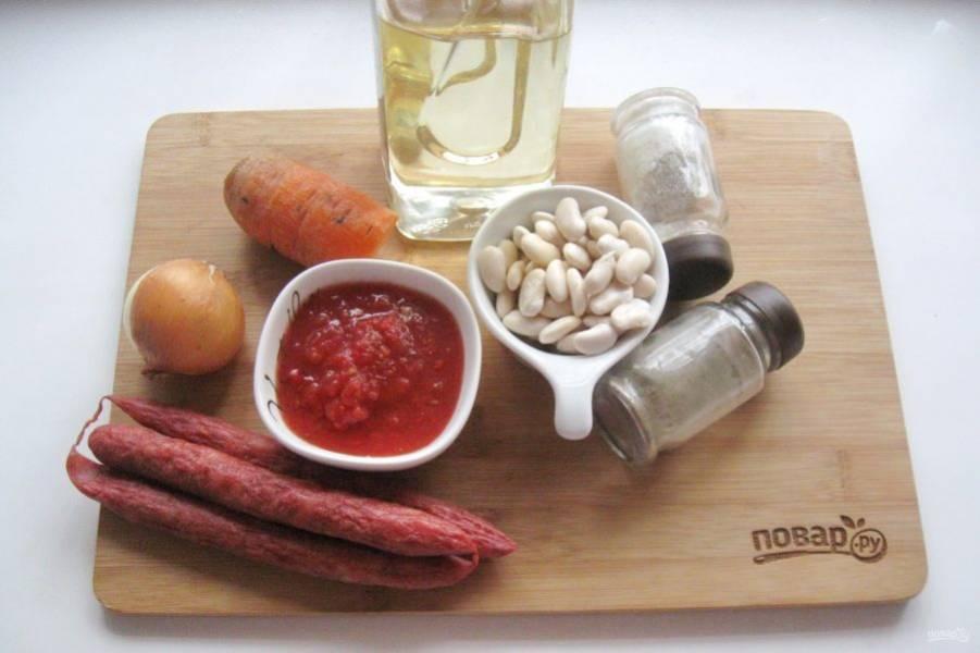 Подготовьте ингредиенты для приготовления фасоли с охотничьими колбасками.