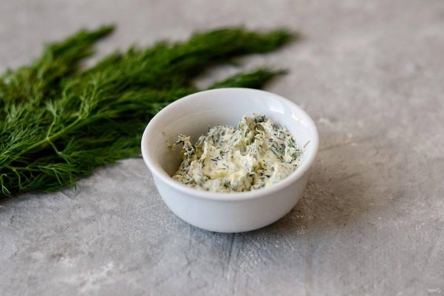 Мелко нарежьте зелень, смешайте ее с растительным спредом. Посолите и поперчите по вкусу.