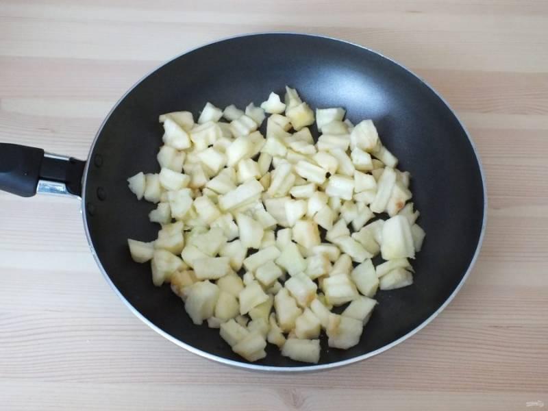Возьмите 3 яблока, почистите от кожуры и семенной коробочки. Нарежьте кубиком. В сковороде растопите сливочное масло, добавьте туда яблоки и обжаривайте на огне чуть ниже среднего, в течение 6 минут.