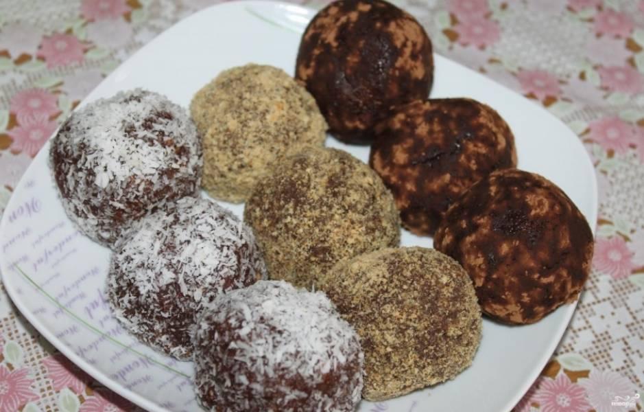 6. Затем скатайте шарики руками. Из этого количества ингредиентов получается 11 крупных пирожных. Затем каждое пирожное обсыпьте кокосовой стружкой или крошкой из печенья; какао. Поставьте в холодильник на 4 часа. Все готово. Можно пробовать.