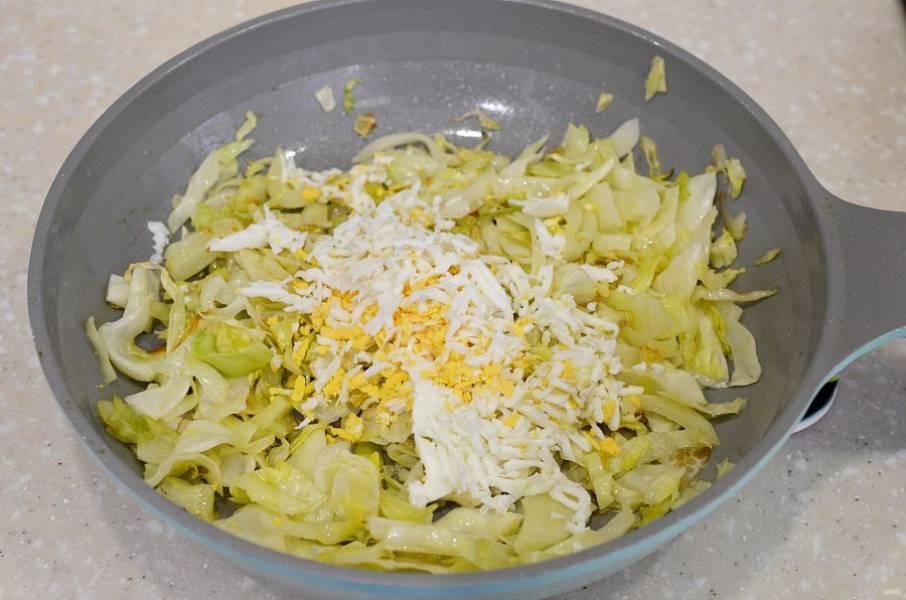 Для второй начинки нашинкуйте капусту и обжарьте до мягкости. Добавьте натертое яйцо.