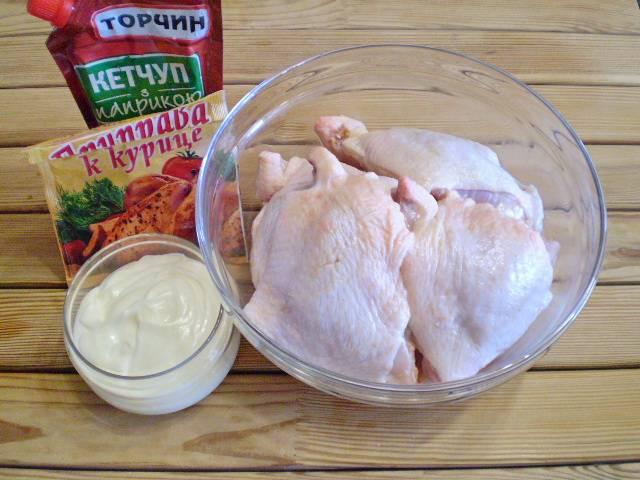 1. Приготовим куриные бедра для шашлыка. Их нужно тщательно вымыть, удалить остатки перьев, жира, свисающие части кожи обрезать.