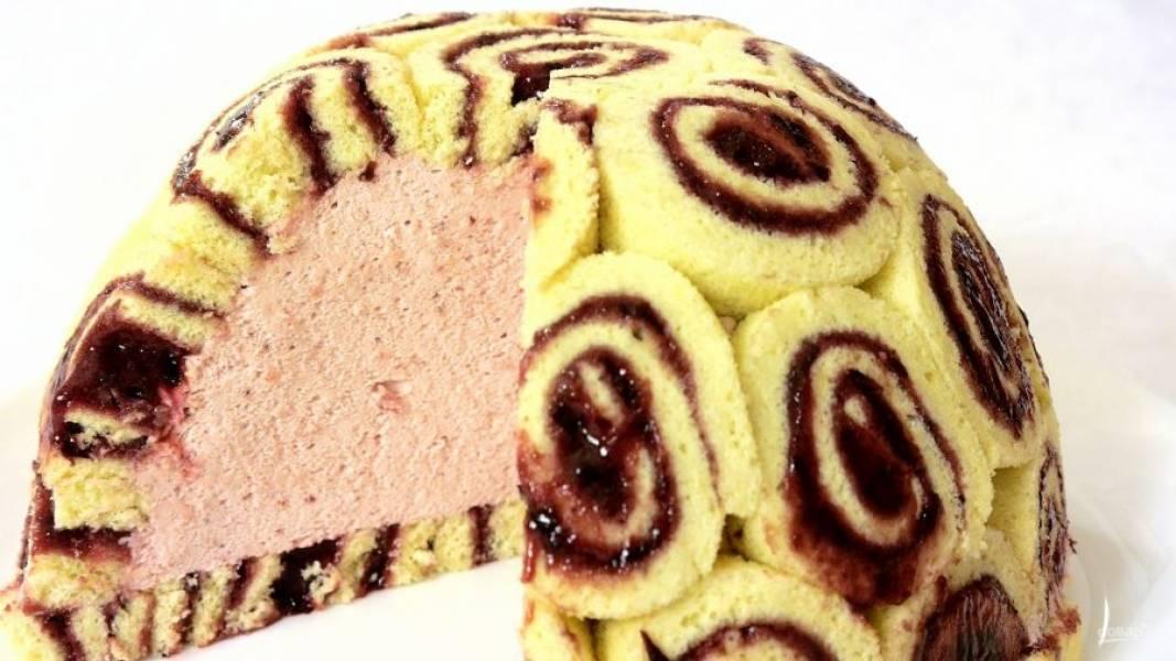 7. Накройте миску пищевой пленкой и отправьте в холодильник на 5-6 часов до полного застывания. Перенесите торт на блюдо. Приятного аппетита!