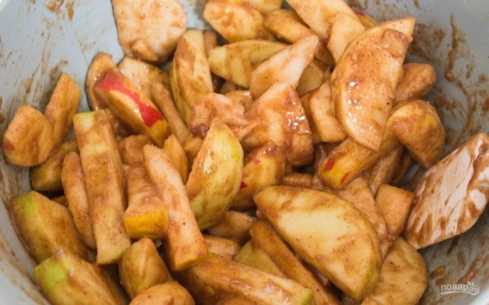 Фруктовую начинку перемешайте. Форму для выпечки смажьте маслом. Большую часть теста выложите в форму, сделав края.