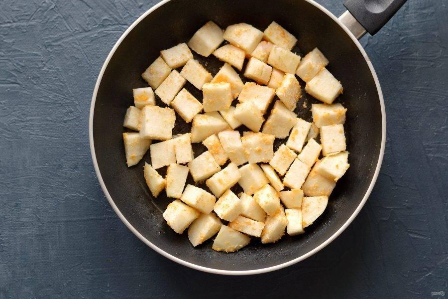 В кольраби добавьте панировочные сухари и муку, перемешайте. Обжарьте капусту на сковороде 5 минут.