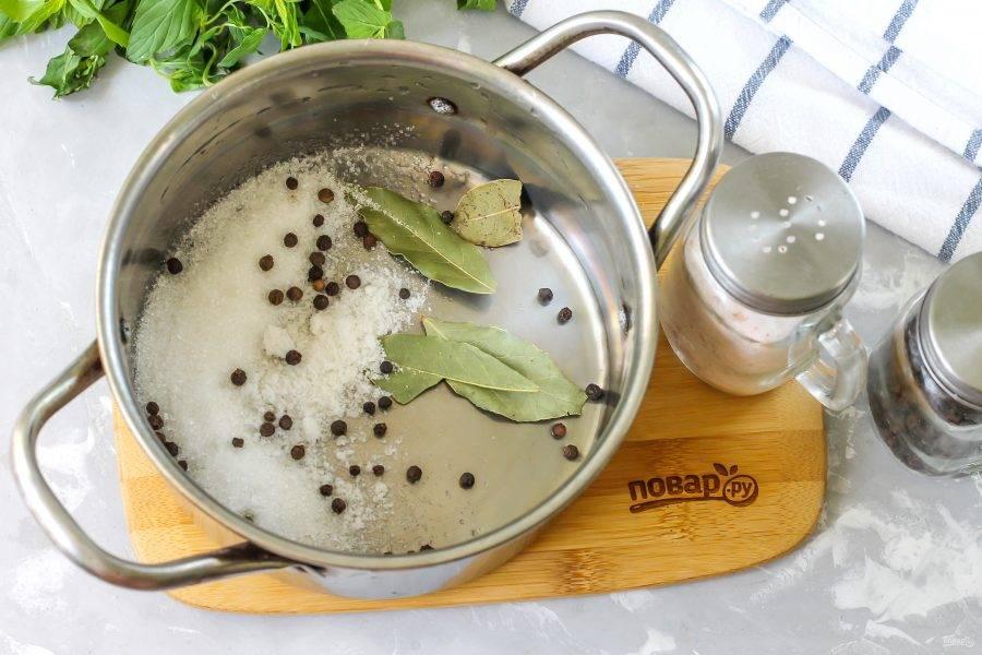 В кастрюле или казане соедините сахарный песок, соль, горошины черного перца и лавровые листья.