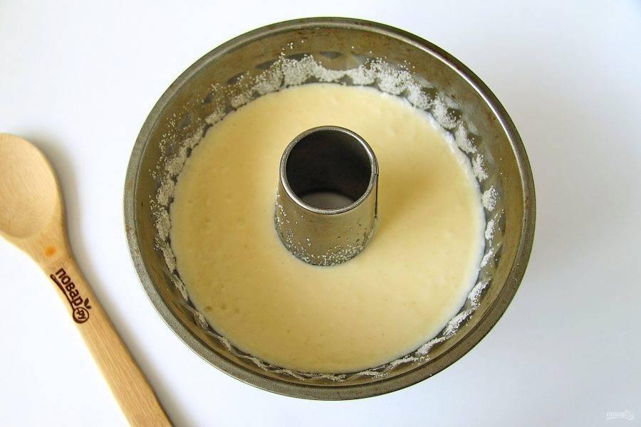 Форму смажьте маслом, дно и бока присыпьте мукой или манкой. Вылейте тесто и выпекайте пирог при температуре 180 градусов около 40 минут.