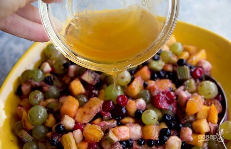 Полейте фрукты апельсиново-медовым соусом. Подавайте порционно в розетках.