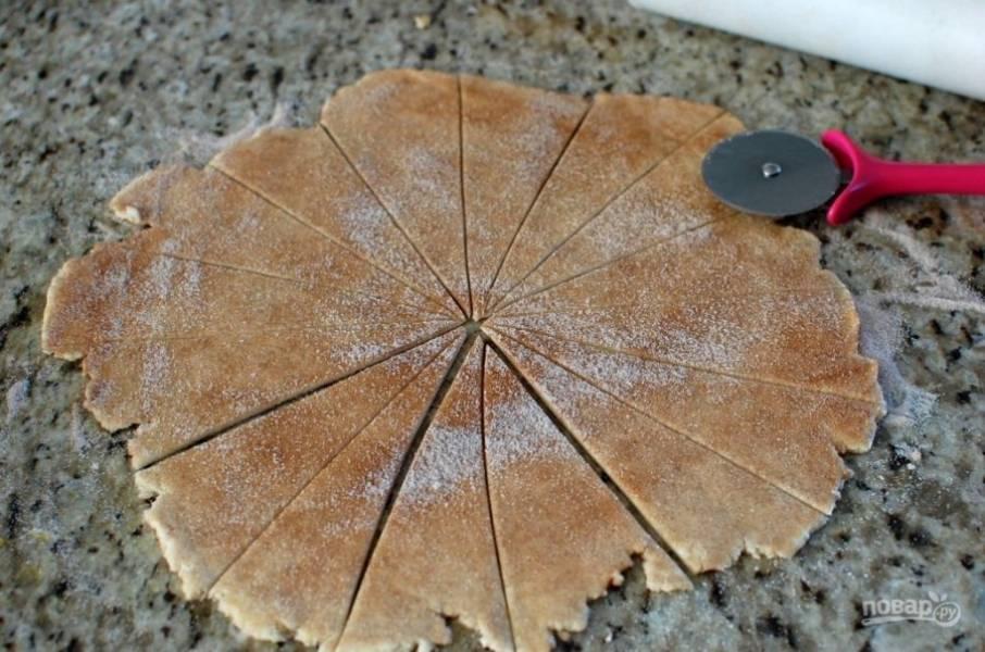 11.Используя нож для пиццы, разрежьте тесто на 16 клиньев.
