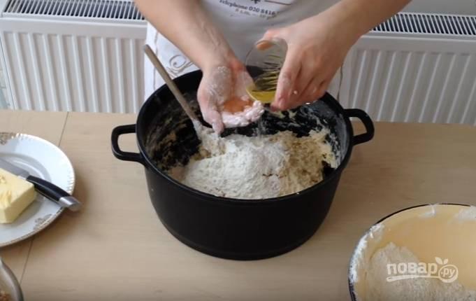 9.Всыпаете оставшуюся муку и замешиваете тесто, вливаете 100 миллилитров растительного масла. Тесто должно немного липнуть к рукам, не стоит забивать его мукой.