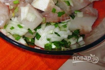 2. Рыбу чистим, удаляем у неё все косточки. Смешаем с измельченным обычным и зеленым луком. Туда же добавим специи.