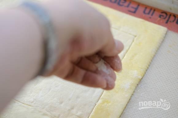 2. Смажьте  край теста взбитым яйцом и посыпьте сахаром.