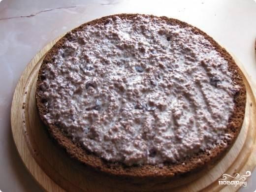 6. Полученный крем выложите в нижнюю часть бисквита, разровняйте и накройте врезанной верхушкой. Поставьте торт в холодильник.