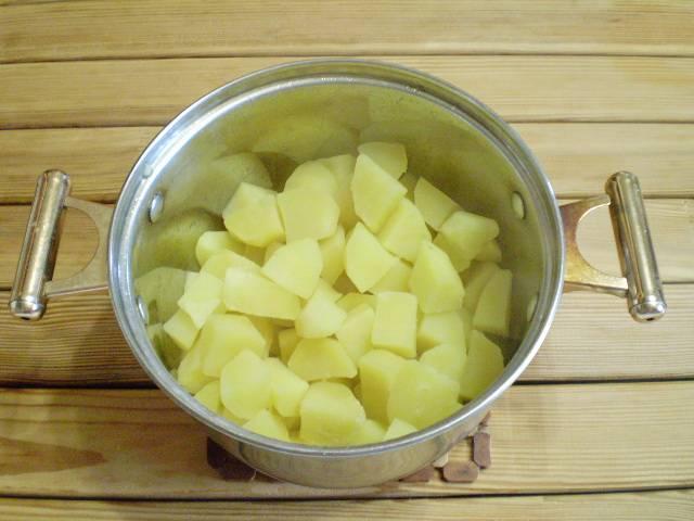 6. С готового картофеля сливаем полностью воду. Благодаря закладке в кипящую воду, он сохранил форму и не разварился.