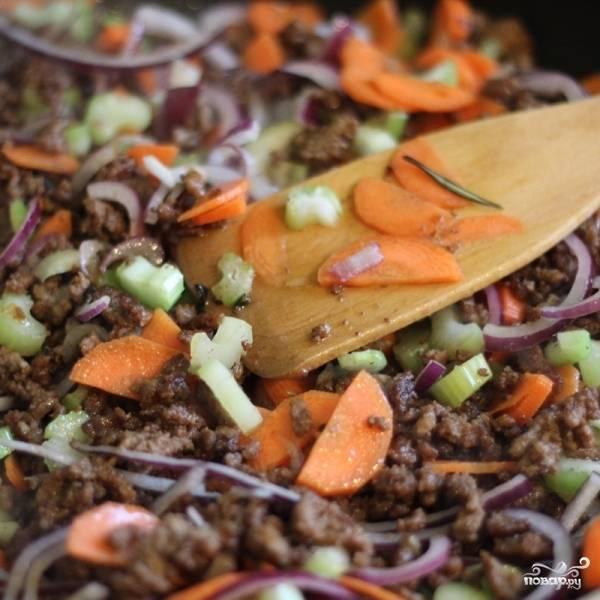 Добавляем в фарш овощи и соевый соус. Перемешиваем и готовим на среднем огне до мягкости овощей (если фарш начнет подгорать - добавляем немного воды или бульона).