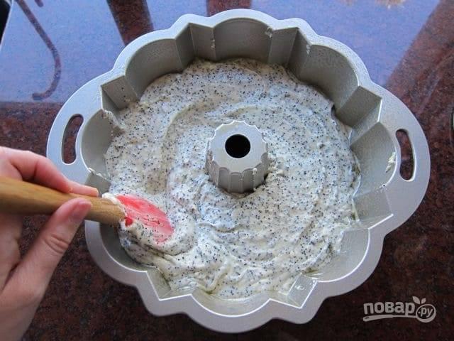 7. После выложите тесто в форму для выпечки.