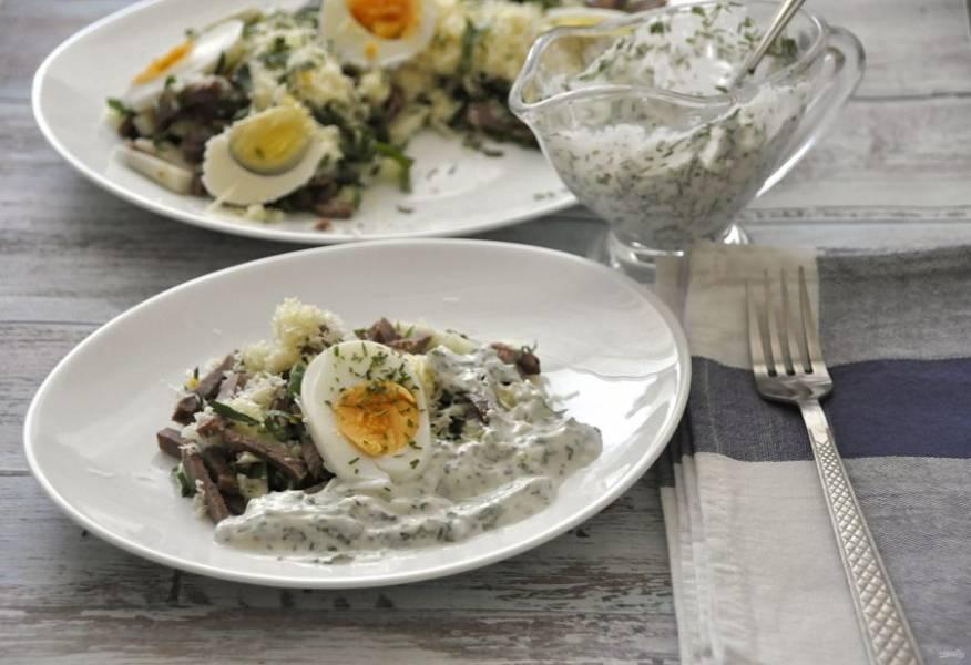 Добавить заправку в салат можно прямо в блюде или порционно. Посолите. Приятного аппетита!