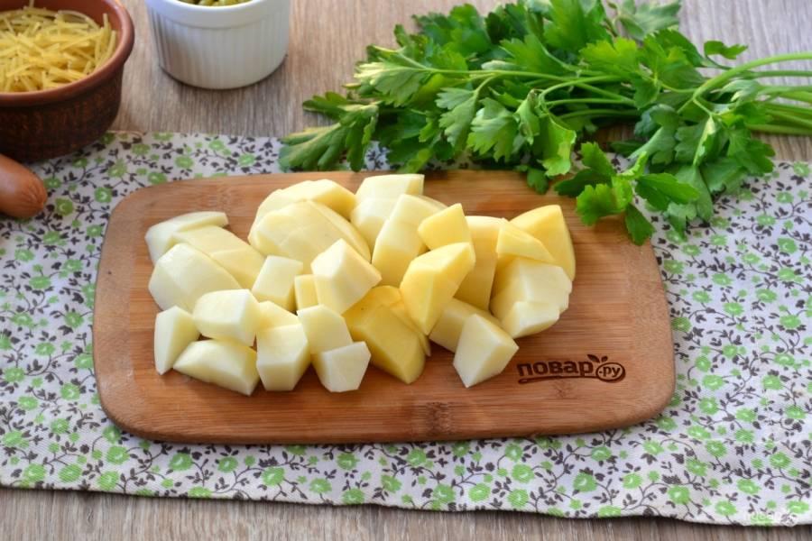 Картофель порежьте небольшими кусочками. Лично мне нравится, когда картофель в супе порезан очень мелко. Отправьте картофель в кипящую воду и варите 20 минут.
