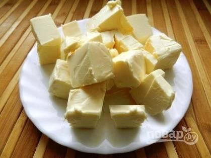 Затем добавляем плавленый сливочный сыр, хорошо перемешиваем содержимое кастрюли, пока сыр не расплавится.