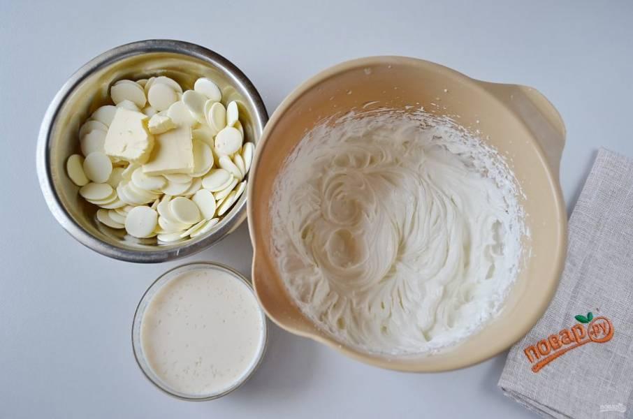 26. Аналогично приготовьте третий слой. Растопите белый шоколад с маслом, желатин растворите в молоке с ликером, взбейте сливки.