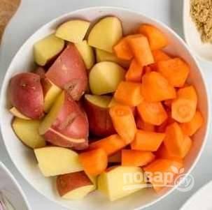 Картошку и морковку помойте и крупно нарежьте. Картошку оставляем с кожурой, морковку нужно почистить.