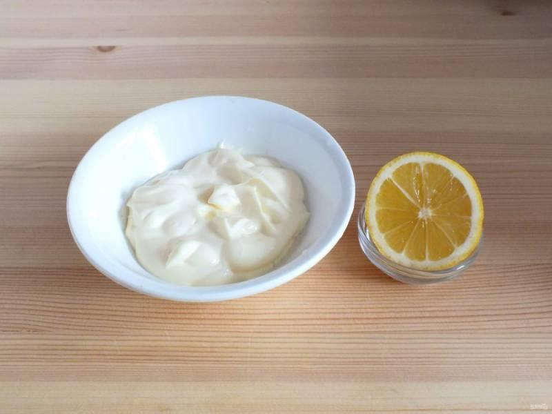 3 ст.л. майонеза выложите в миску, добавьте лимонный сок. Перемешайте. Заправка получится жидкой.