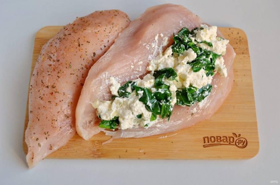 6. Вернемся к куриному филе. Острым ножом сделайте глубокий карман в каждом кусочке филе. Я немного вывернула мясо, чтобы показать вам куда начинку положить. Наполните хорошо начинкой кармашки.