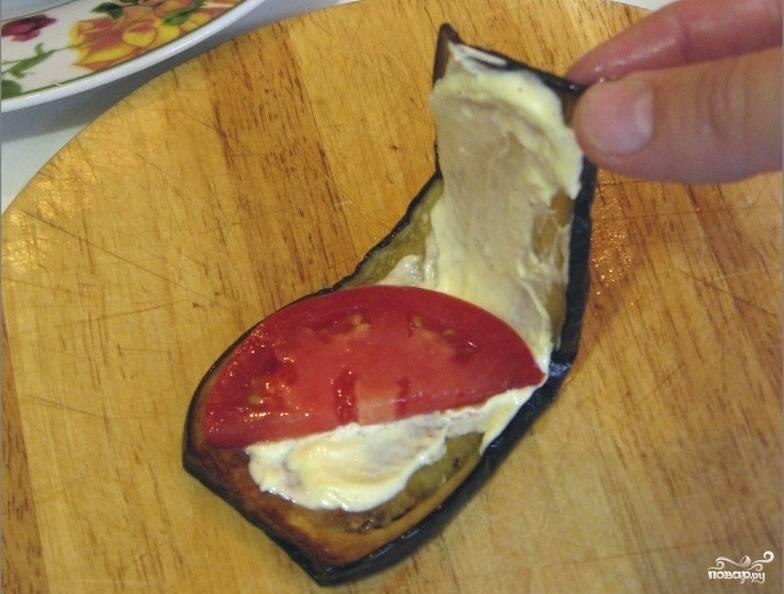7.Затем на каждую пластинку выкладываем по кружочку помидора и понемногу чеснока. Солим, перчим. Тещин язык должен быть острым. Складываем каждую пластинку вдвое.