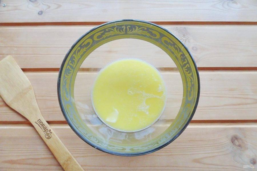 Добавьте сахар и соль. Растопите сливочное масло, немного охладите и добавьте в миску с молоком и дрожжами.
