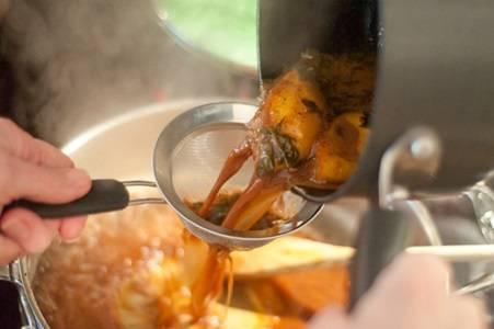 7. Затем через сито добавить на сковороду маринад, в котором было мясо, и уварить его на медленном огне. Соус должен загустеть и уменьшиться в объеме. Готовую свинину нарезать порционными кусочками и полить соусом.